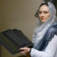 بالصور...فنانة أذربيجانية تنجز أول مصحف مكتوب على الحرير في العالم